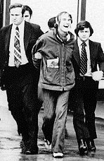 DEA agents Don Strange (r.) and Howard Safir (l.) arrest Leary in 1972